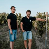 Philipp und Andreas Brummund stehen vor dem Weinberg