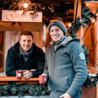 Philipp und Andreas Brummund stehen am Glühweinstand der Weinmanufaktur Brummund