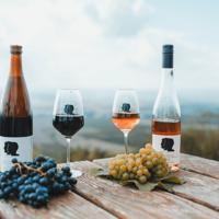 Weinflaschen mit Weingläsern und Trauben der Weinmanufaktur Brummund