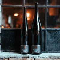 Weinflaschen der Weinmanufaktur Brummund auf der Fensterbank