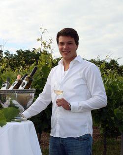 Andreas Brummund mit Weinglas