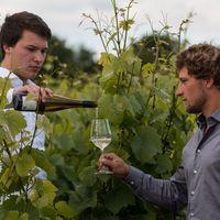 Andreas giesst Philipp Wein ein.