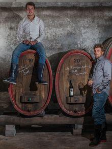 Brüder Philipp und Andreas Brummund im Weinkeller