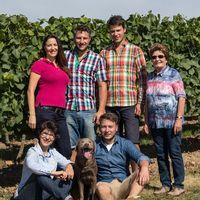 Familie Brummund mit Oma Elsbeth, Mutter Sigrid und Familienhund Jana.