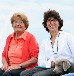 Oma Elsbeth und Mutter Sigrid mit Familienhund Jana