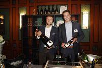 Philipp und Andreas Brummund mit Weinflaschen bei Zeit und Wein 2016.