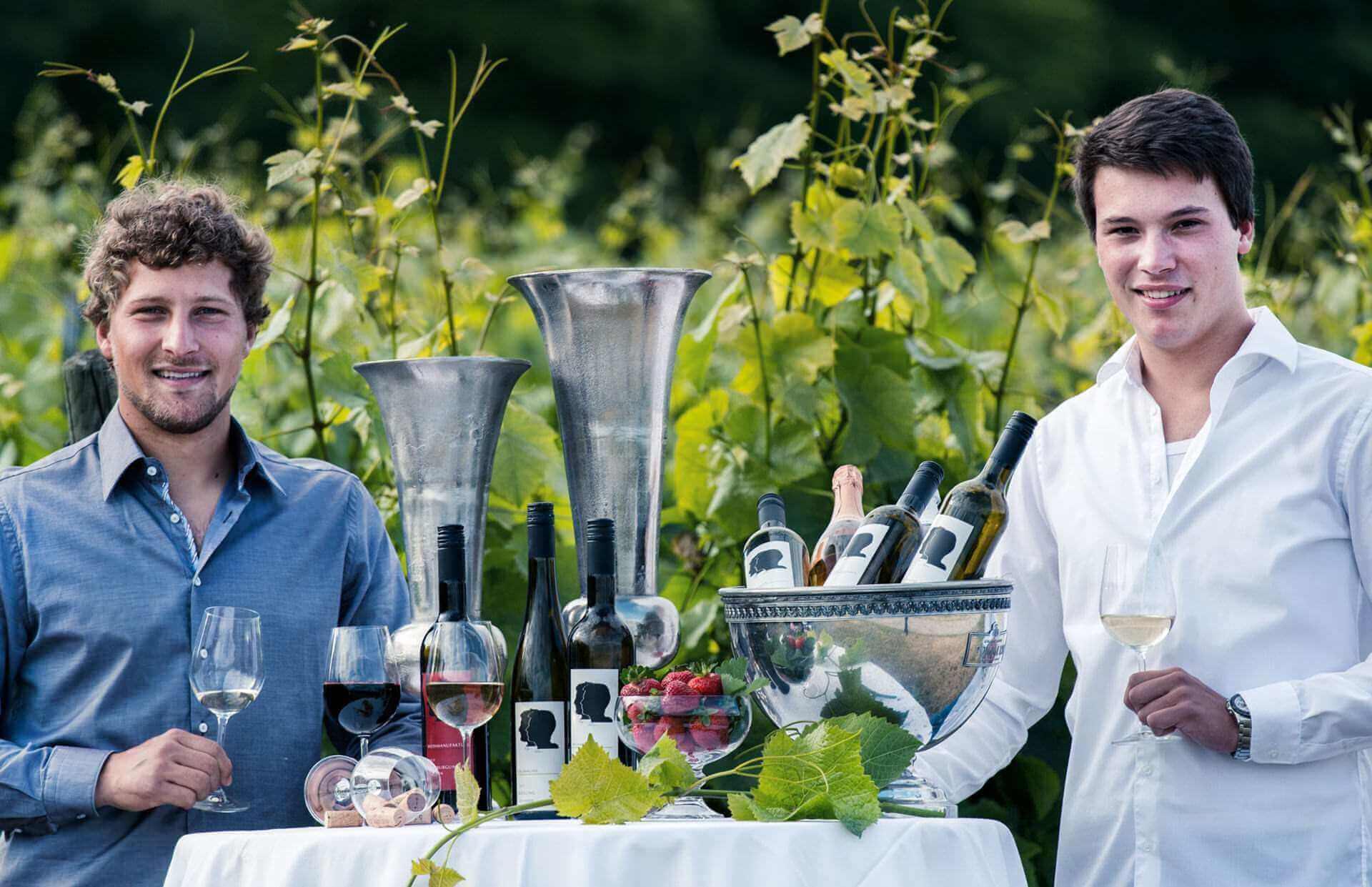 Brüder Philipp und Andreas Brummund mit Wein im Weinberg